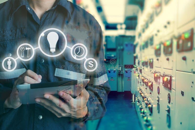 工程师或技术员人两次曝光使用片剂的在s 免版税库存图片