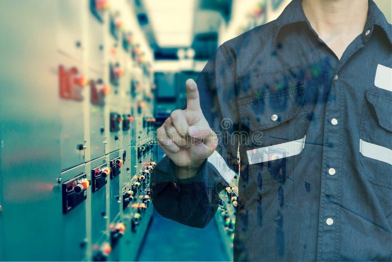 工程师或技术员人两次曝光新闻他的手指 库存图片
