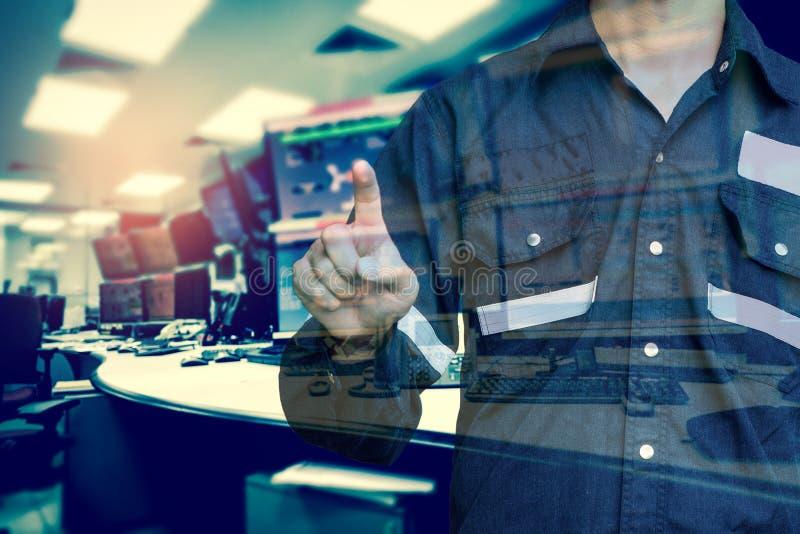 工程师或技术员人两次曝光运转的衬衣的 库存图片