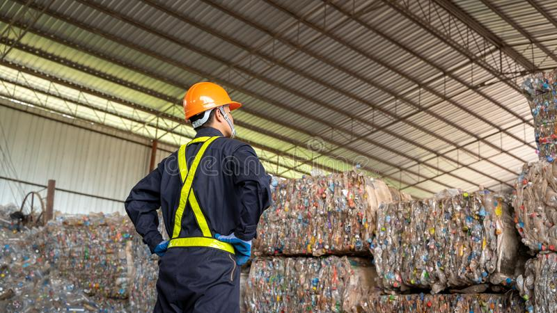 工程师检查被回收的塑料产品回收废物植物 免版税库存照片