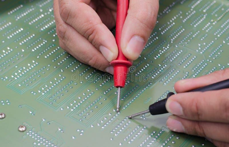 工程师测试电子设备 图库摄影