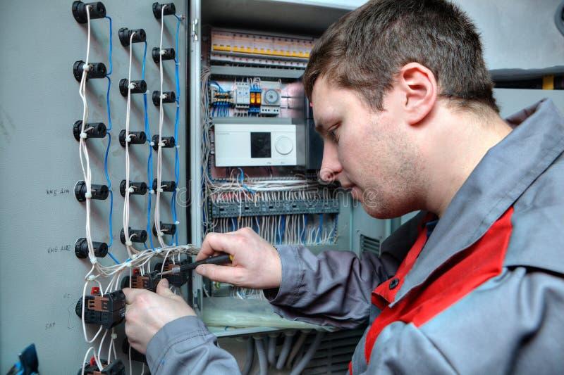 工程师电工解决在电子盘区的问题 免版税库存图片