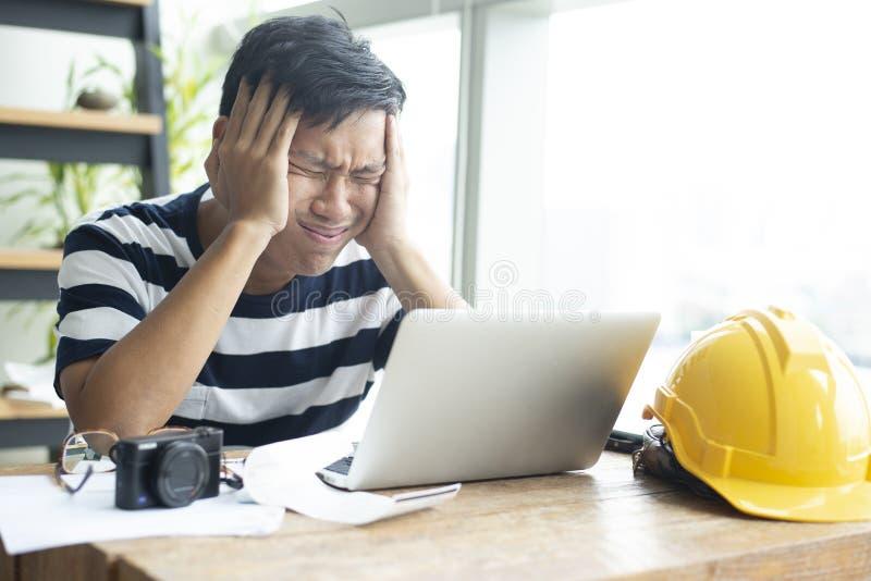 工程师穿自由运转的小条T恤杉在家的亚裔人是严重可怕的感觉 库存图片