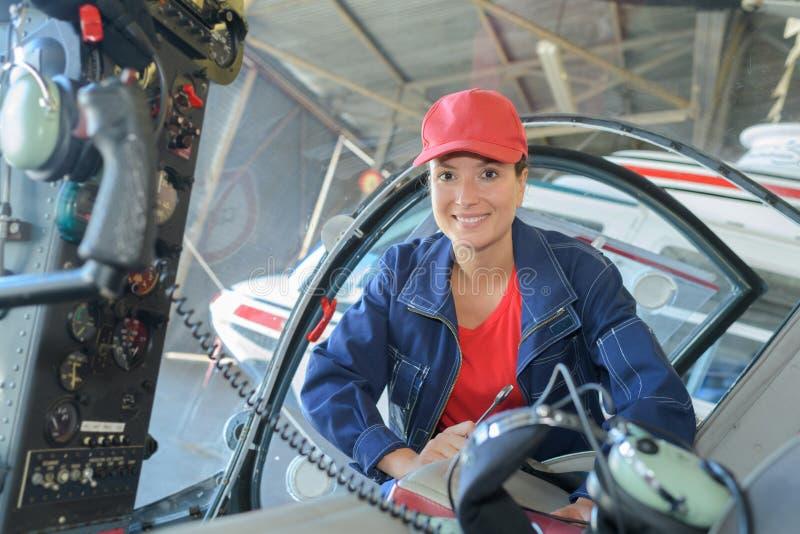 工程师维护的直升机引擎 图库摄影