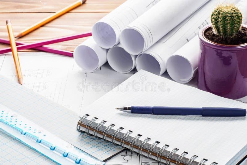 工程师设计师与拷贝空间的项目笔记薄工作场所  免版税库存照片