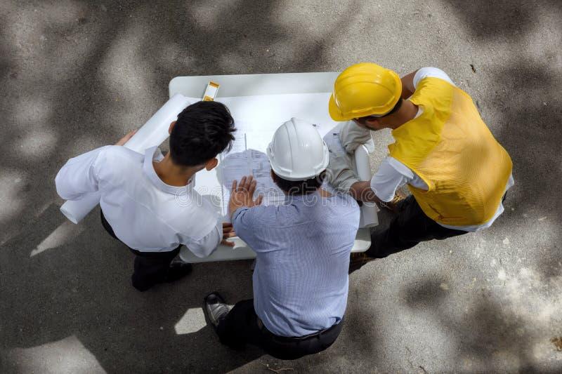 工程师队谈论项目图纸 库存图片