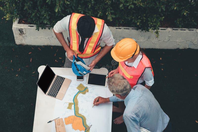 工程师项目管理队和建筑师计划 免版税库存图片
