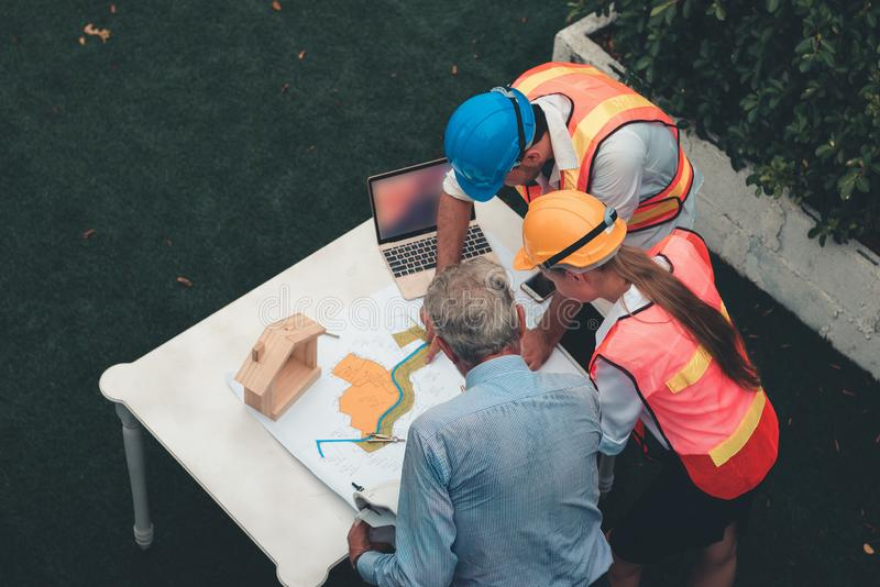 工程师项目管理队和建筑师计划 免版税图库摄影