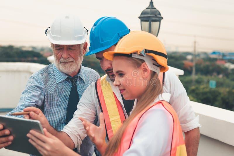 工程师项目管理队和建筑师谈话 库存照片