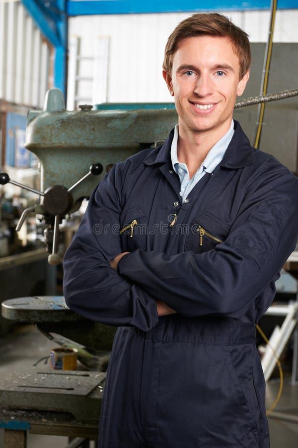 工程师画象在工厂地板上的 免版税库存照片