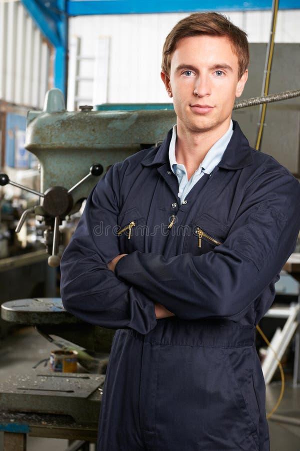 工程师画象在工厂地板上的 库存图片