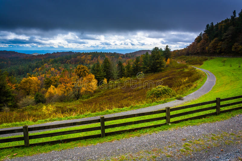 从工艺中心的秋天视图在蓝岭山行车通道 图库摄影
