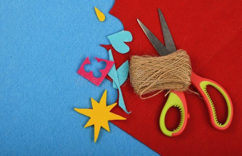 工艺和艺术毛毡裁减、麻线和剪刀 免版税库存照片