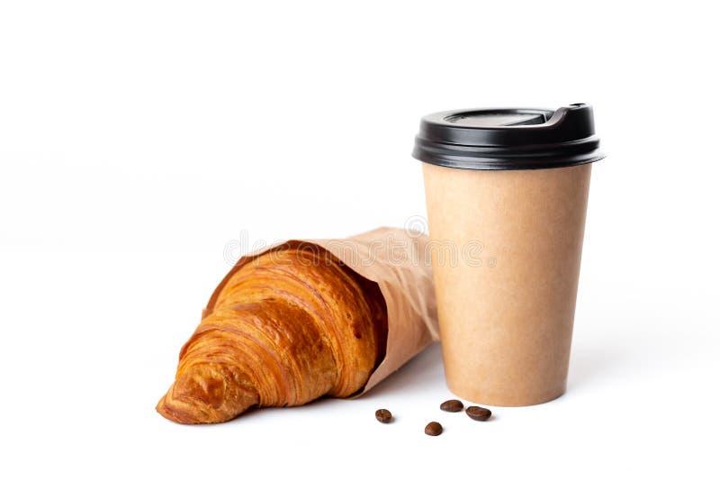 工艺咖啡杯用在白色背景的新月形面包 库存照片