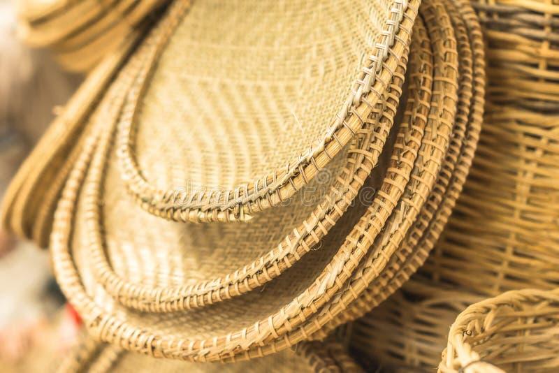 工艺品篮子和几个片断在秸杆在阿拉卡茹巴西 库存图片