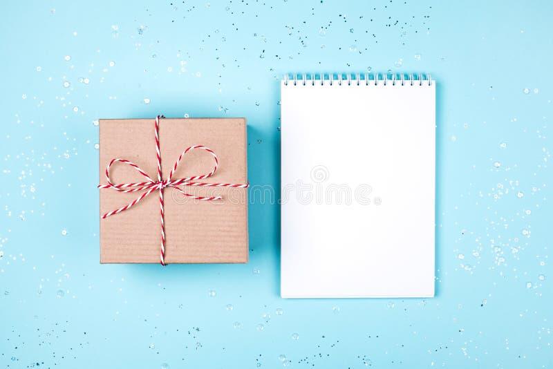工艺有空白的白色纸片的礼物盒在蓝色淡色背景的 库存图片