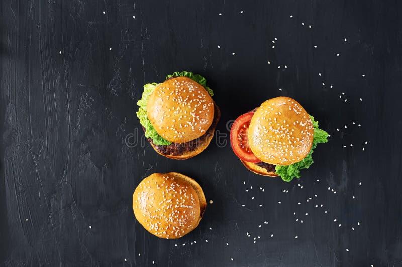工艺牛肉汉堡 顶视图 免版税库存照片