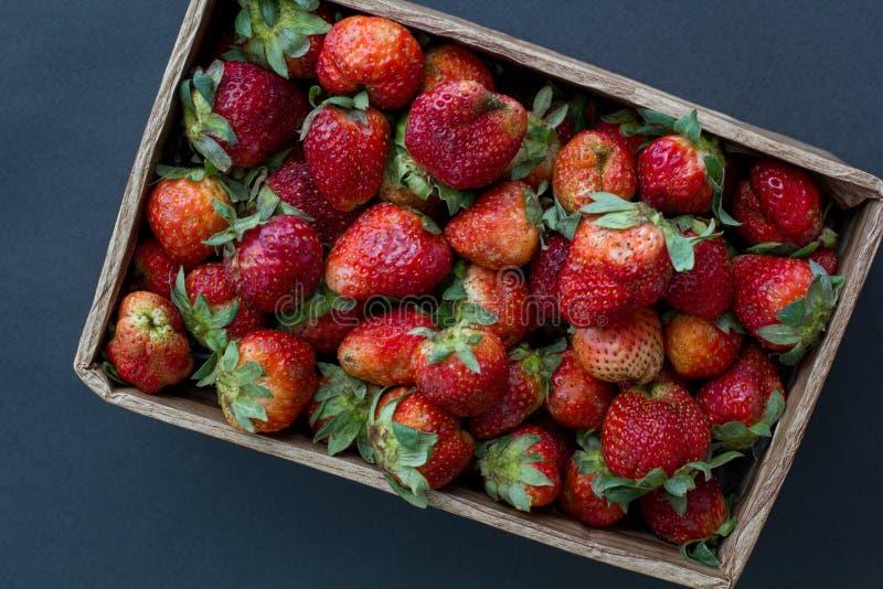 工艺箱新鲜的有机草莓在阳光下点燃顶视图 库存照片