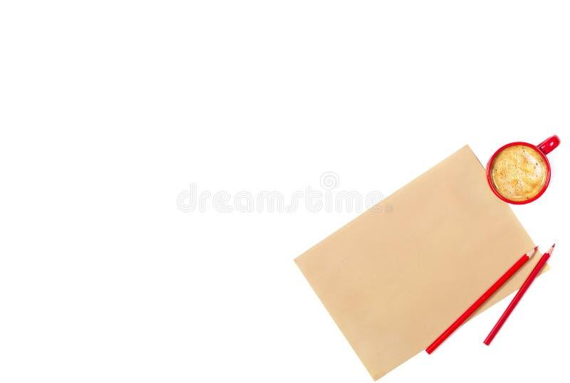 工艺纸、红色铅笔和小咖啡板料在白色背景的 查出 您空间的文本 顶视图 免版税库存图片