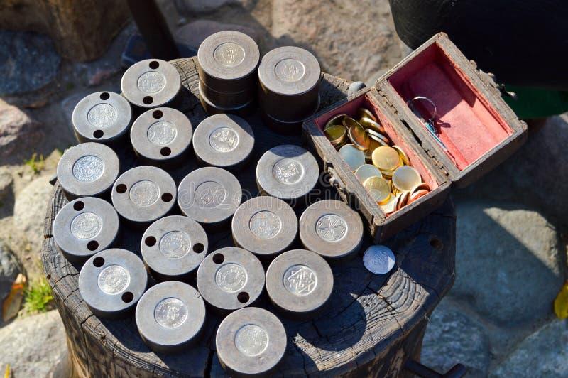 工艺铁匠造币的压型机 做的铁金钱硬币圆的金属型 免版税图库摄影