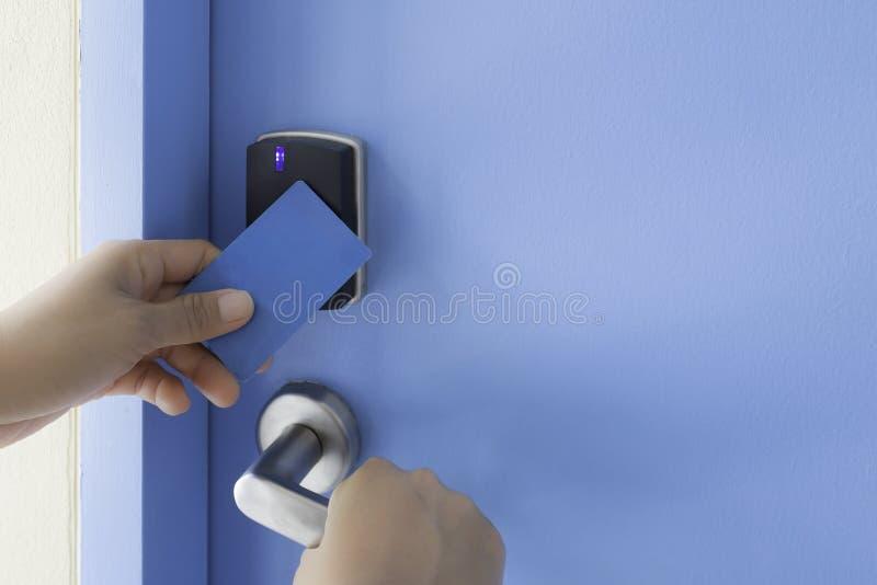 左手举行在电子关闭通入cont的钥匙卡片接触 免版税图库摄影