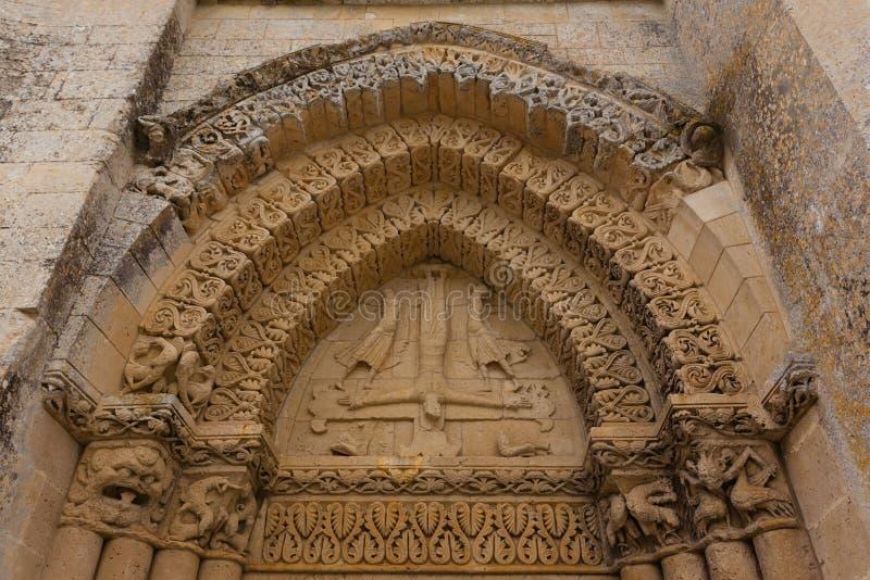 左边Aulnay de Saintonge教会门面细节  库存照片