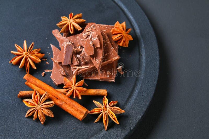 巧克力、桂香和八角片断在一张深灰桌上 库存图片