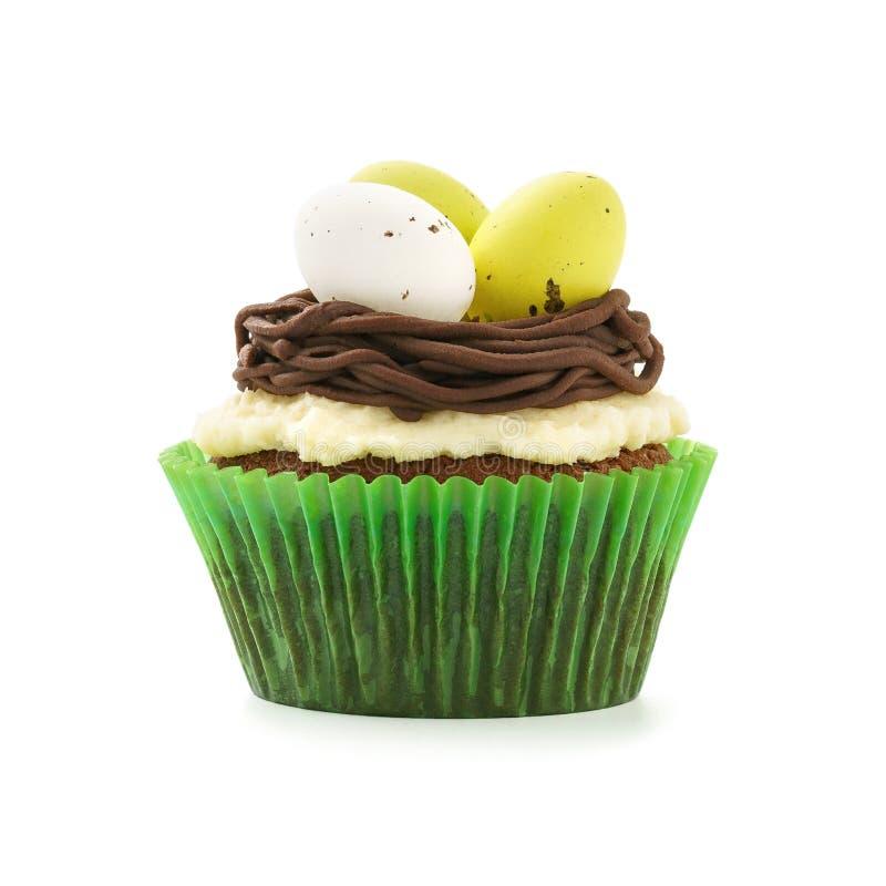 巧克力与巢和鸡蛋的复活节杯形蛋糕 查出在白色 免版税库存照片