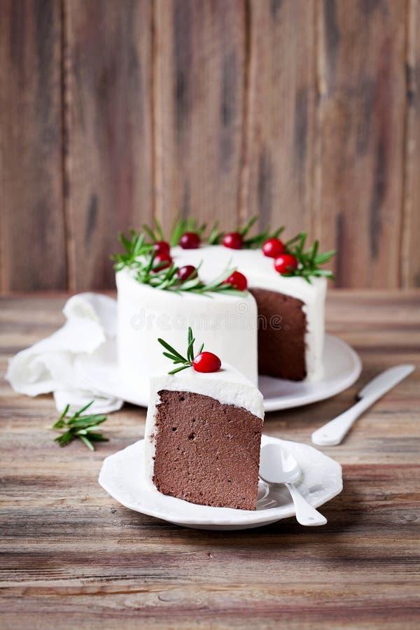 巧克力与打好的奶油的乳酪蛋糕切片 免版税库存照片