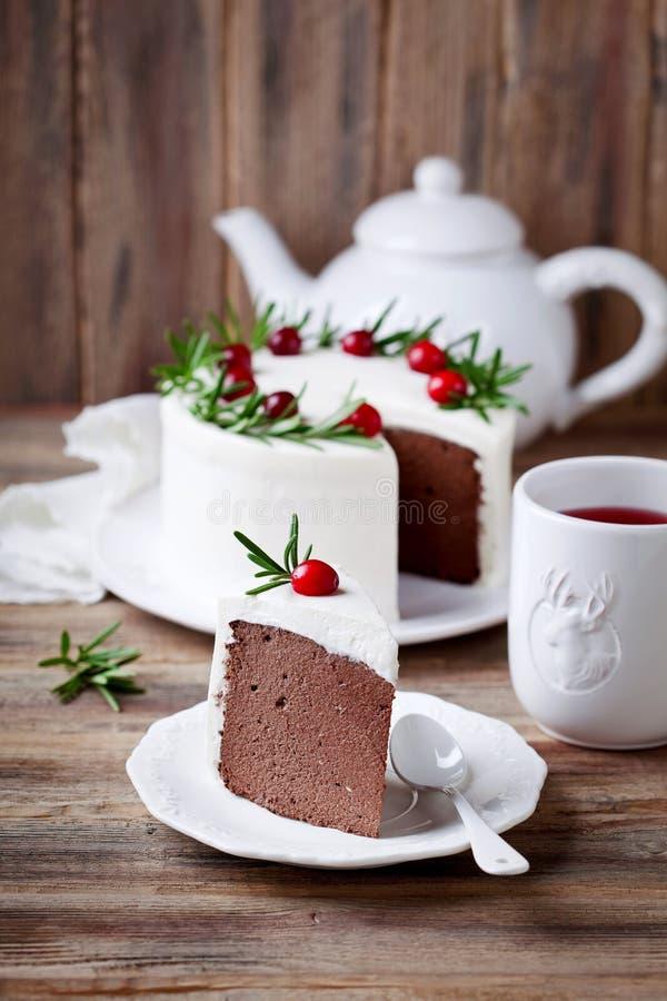 巧克力与被鞭打的奶油、蔓越桔和迷迭香的乳酪蛋糕切片 免版税图库摄影