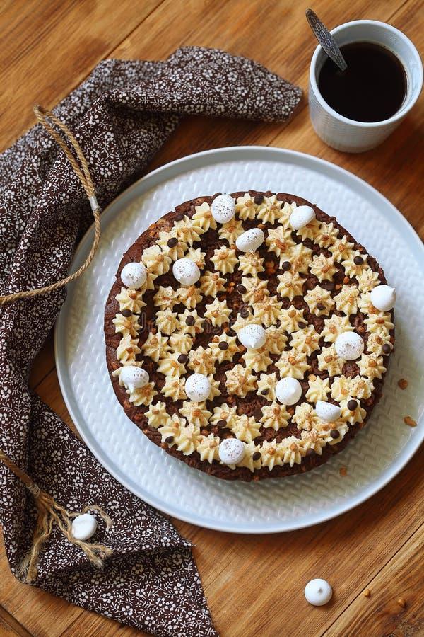 巧克力与被鞭打的花生酱结霜的果仁巧克力蛋糕 库存照片