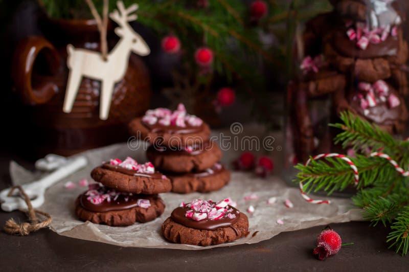 巧克力与被击碎的棒棒糖的圣诞节曲奇饼 库存照片