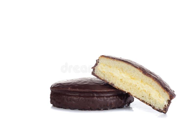 巧克力乳蛋糕奶油在白色的松糕 库存图片