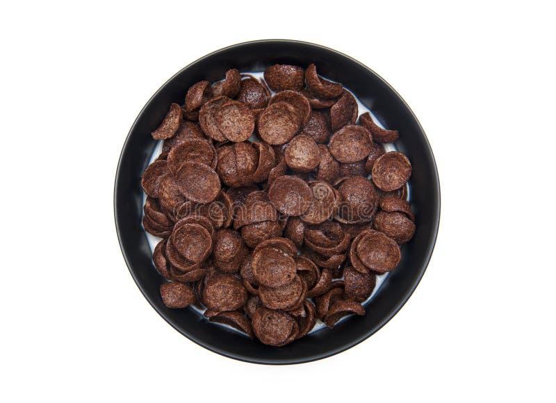 巧克力剥落用在白色隔绝的碗的牛奶 免版税图库摄影