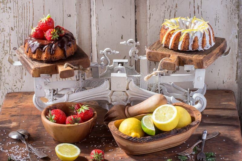 巧克力和柠檬蛋糕 库存图片