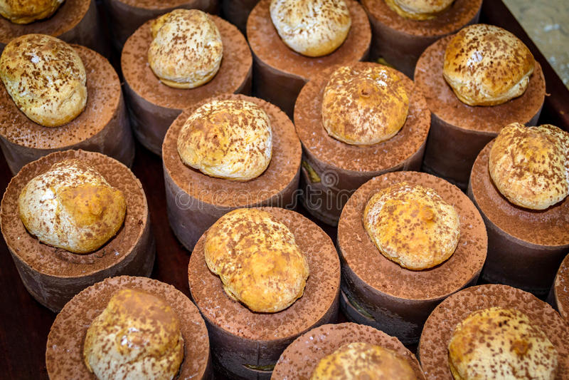 巧克力和桔子Profiterole夏洛特 免版税库存图片