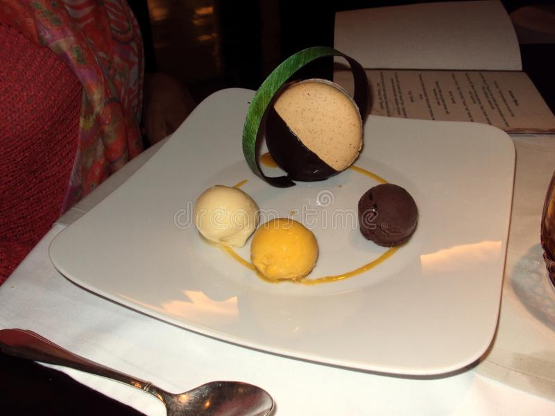 巧克力和椰子奶油惊奇 免版税库存照片