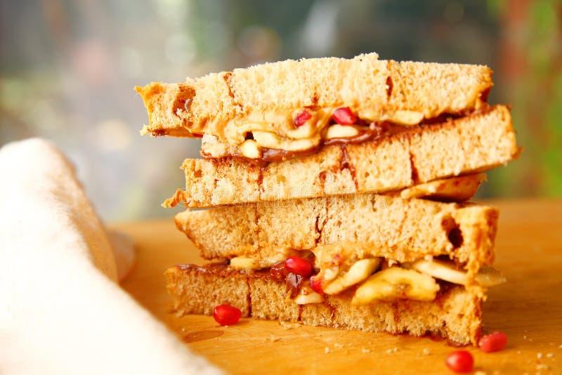 巧克力和花生酱三明治在桂香面包 免版税库存照片