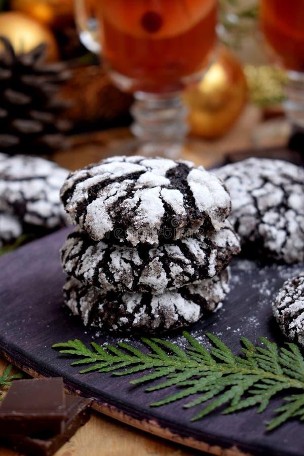 巧克力圣诞节属性围拢的皱纹曲奇饼 库存照片