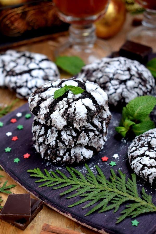 巧克力圣诞节属性围拢的皱纹曲奇饼 免版税图库摄影
