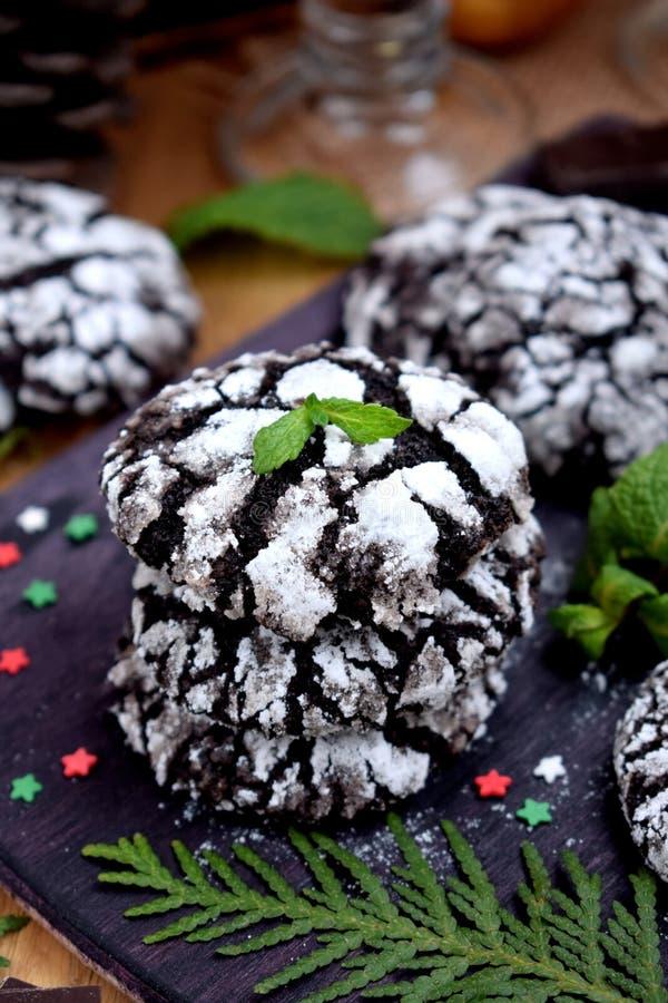 巧克力圣诞节属性围拢的皱纹曲奇饼 免版税库存图片