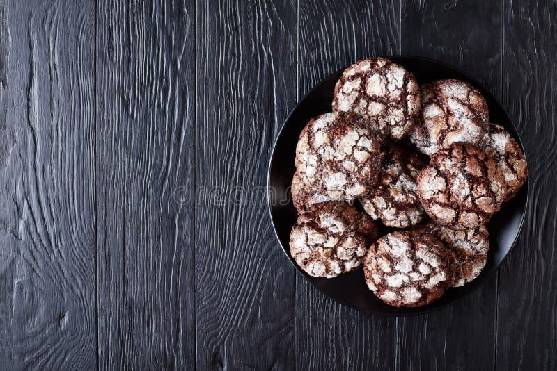 巧克力在一个黑色的盘子的皱纹曲奇饼 图库摄影