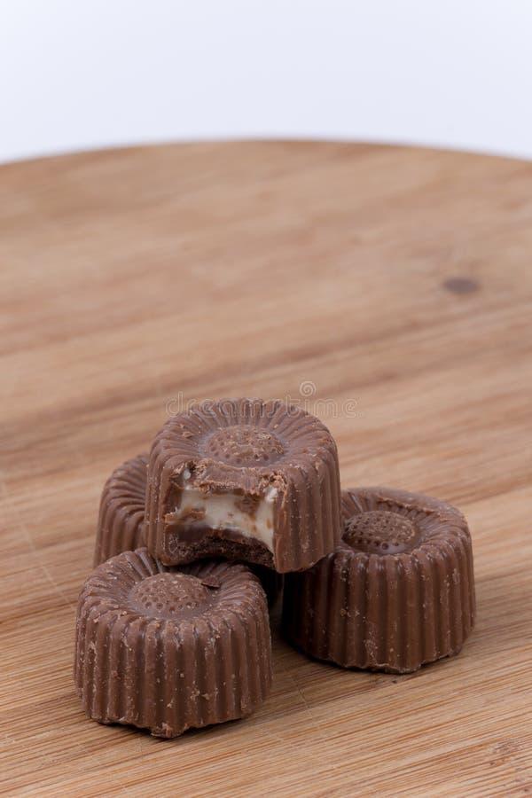 巧克力在木板的果仁糖曲奇饼 免版税库存照片