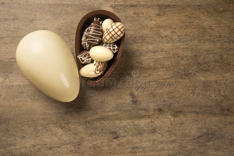 巧克力在木背景的复活节彩蛋 图库摄影