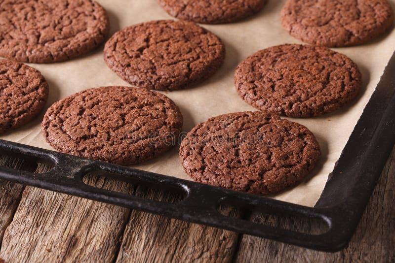 巧克力在烤板的姜饼曲奇饼 水平 免版税图库摄影