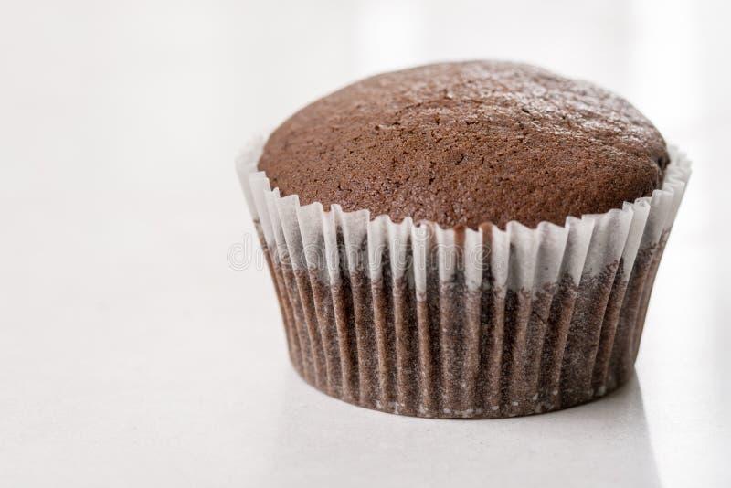 巧克力在白色大理石背景的杯子蛋糕与拷贝空间 免版税库存照片
