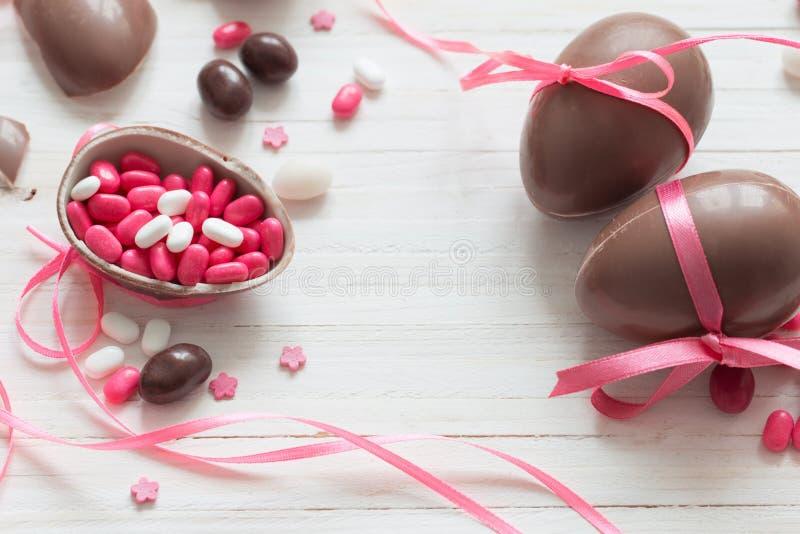 巧克力在空白背景的复活节彩蛋 图库摄影