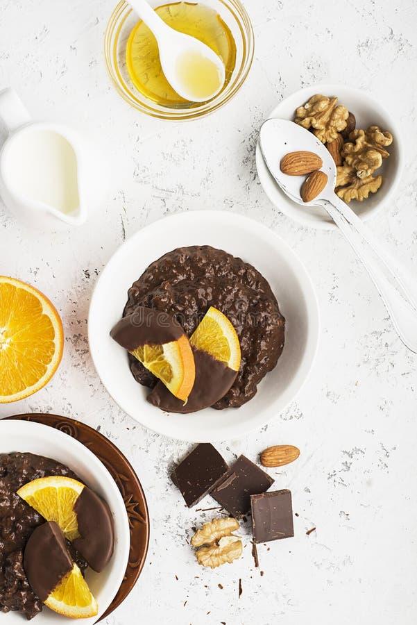 巧克力大米布丁粥意大利煨饭用在巧克力的桔子早餐顶视图的 免版税图库摄影