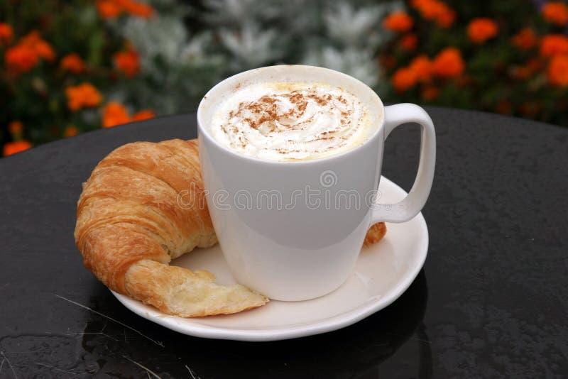 巧克力奶油色新月形面包latte次幂鞭打É 免版税图库摄影