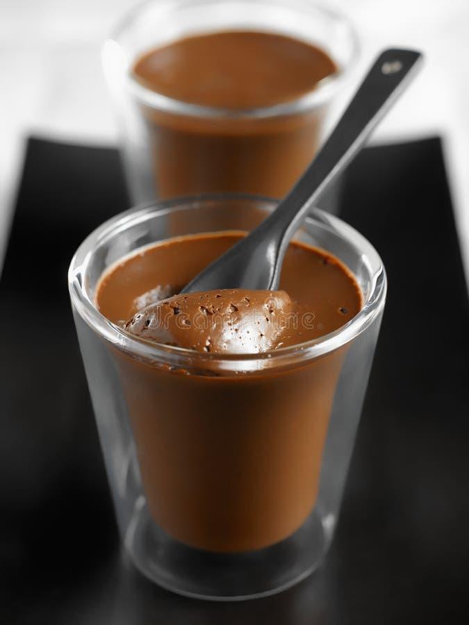 巧克力小奶油色点心的罐 免版税库存照片